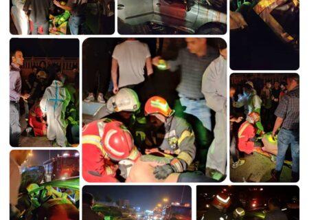 عملیات نجات آتش نشانی پس از محبوس شدن راننده ۲۰۶ در رشت