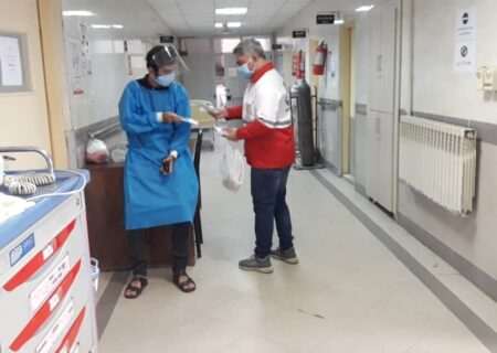ارائه خدمات داوطلبان و امدادگران جمعیت هلال احمر در بیمارستان رازی شهر رشت